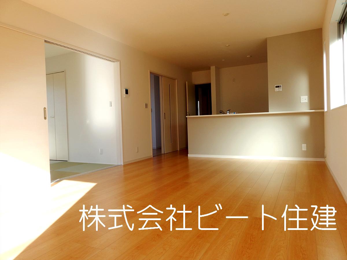 広々とした綺麗な室内と、落ち着いた外観が魅力の平成29年1月築の物件。建物面積111.53㎡なので、家族向けです。好条件で利便性の高い間口10m以上の物件をどうぞ。快適にお料理をする事が出来るシステムキッチンの物件です。0745-55-2939まで、一戸建て探しのご依頼をお申し付け下さい。大和高田市の近鉄南大阪線高田市周辺にあるお勧めの物件情報をご紹介しております。(キッチン)
